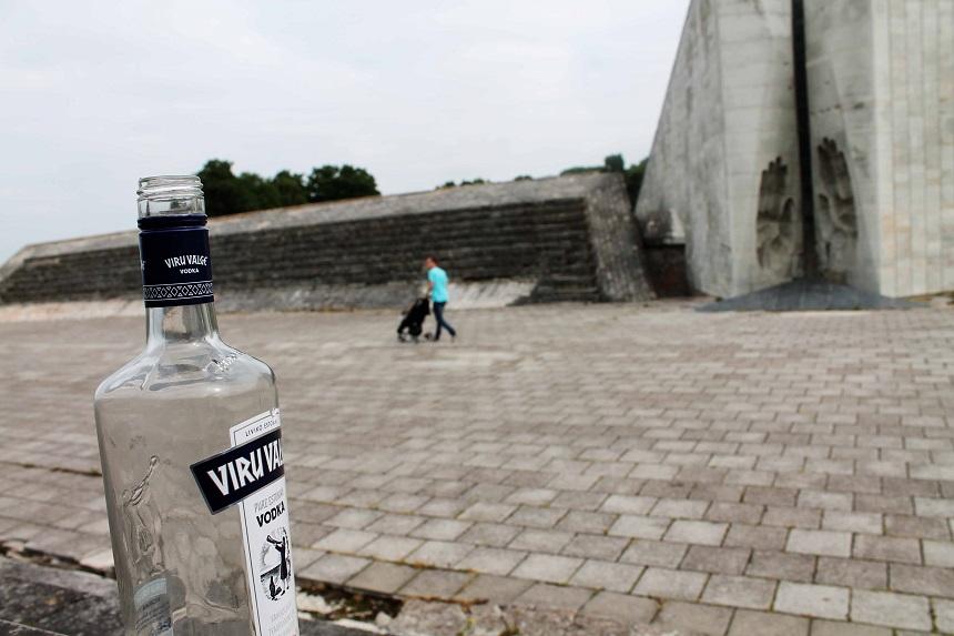 Ganz allein in der sowjetischen Gedenkstätte Maarjamäe neben dem Kriegsgräberfriedhof. Jaaaa, die Flasche stand genau so dort ;-)