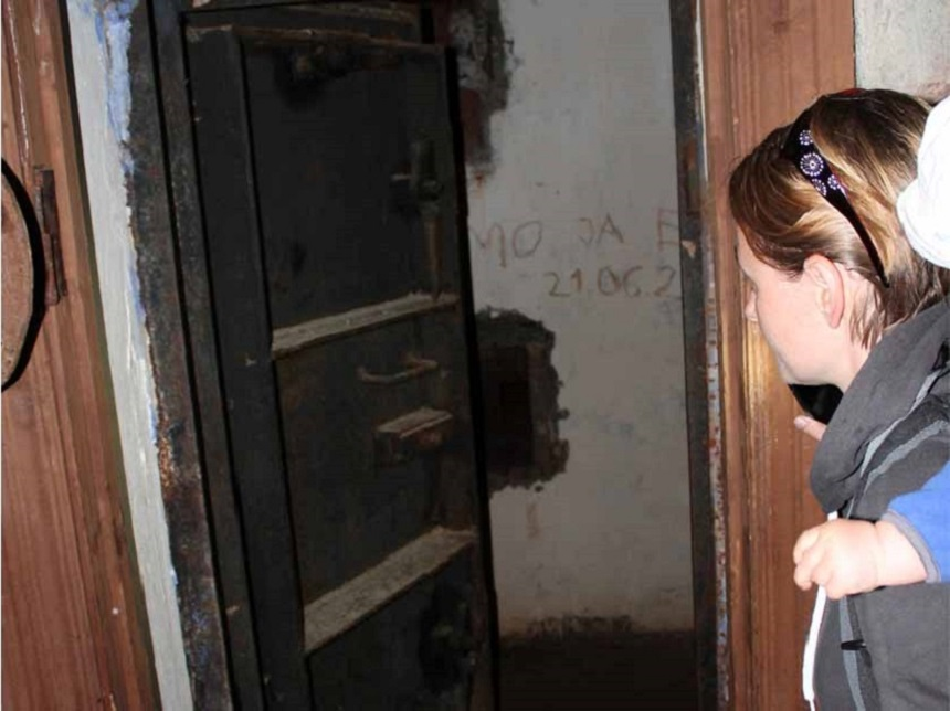In den russischen Bunkern wagen wir uns von Raum zu Raum vor.