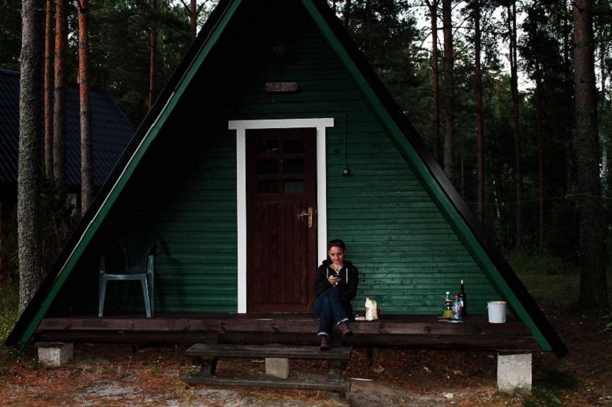 Klein, aber mein! Entspannen vor unserer einfachen Campinghütte.