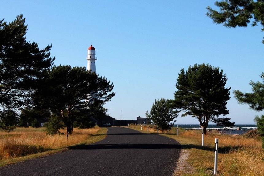 Der strahlend weiße Leuchtturm an der äußersten Nordspitze von Hiiumaa