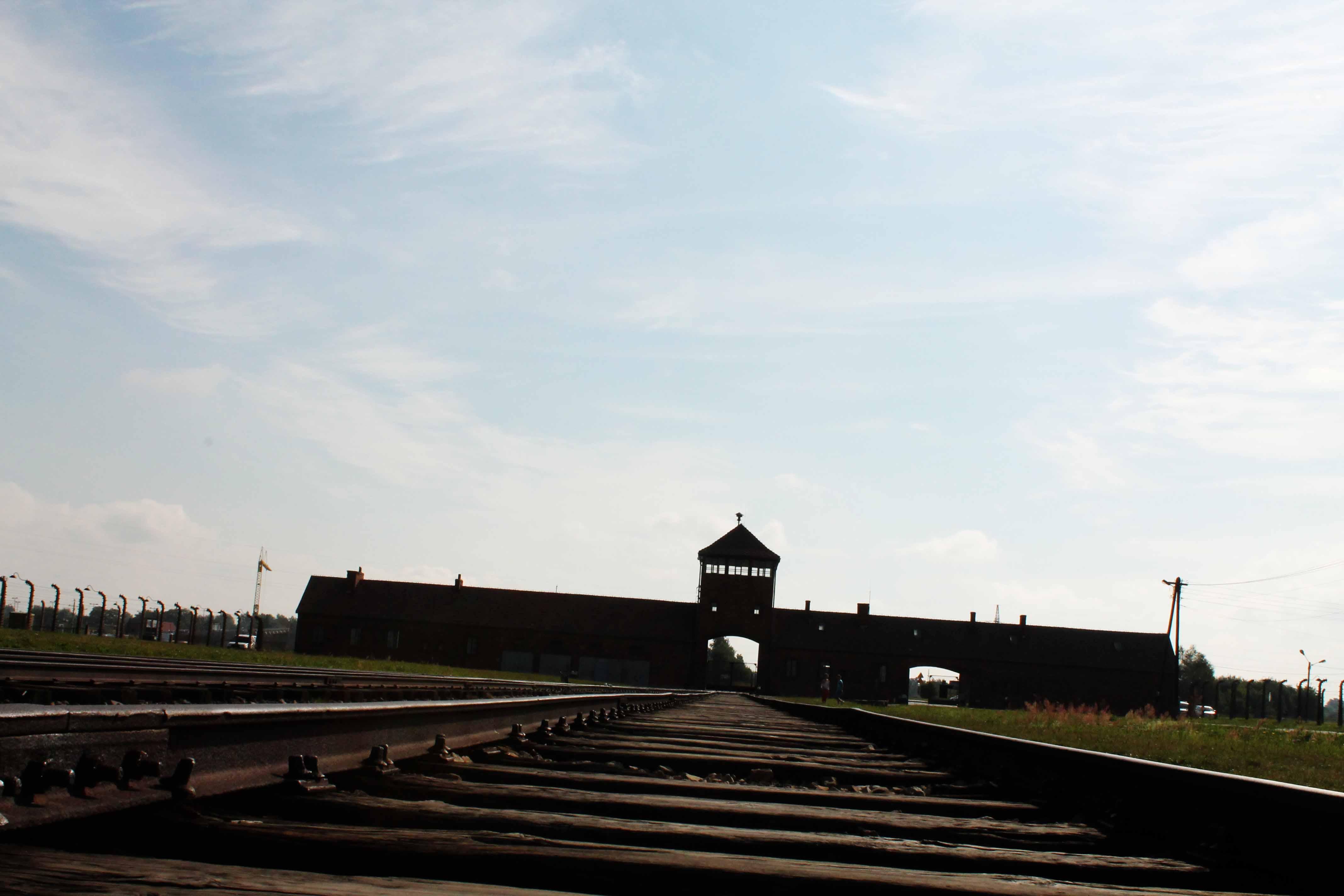 Der Einfahrt ins größte deutsche Vernichtungslager der NS-Zeit