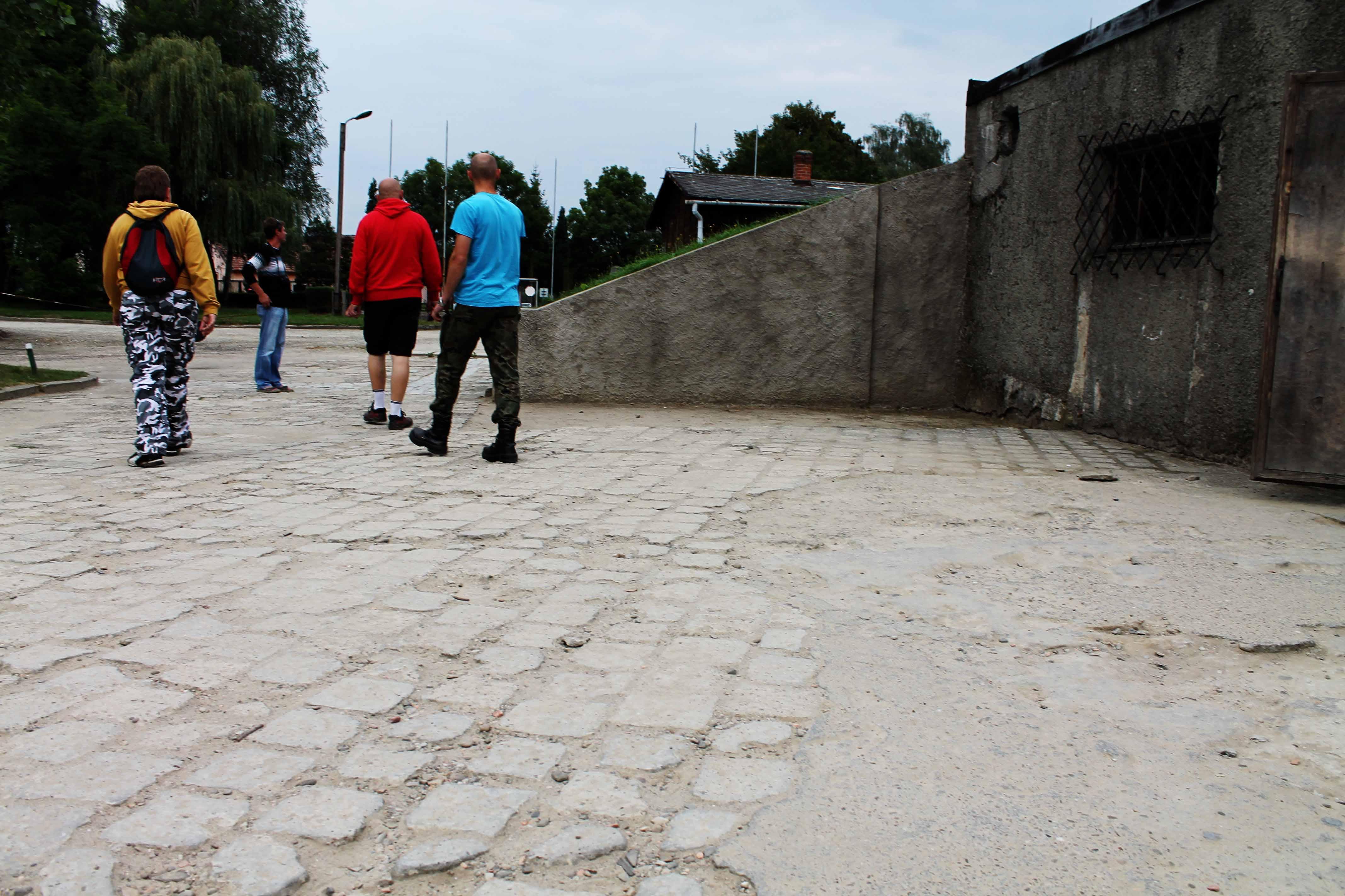Nazi-Pilger in einem Krematorium in Auschwitz! Unfassbar!