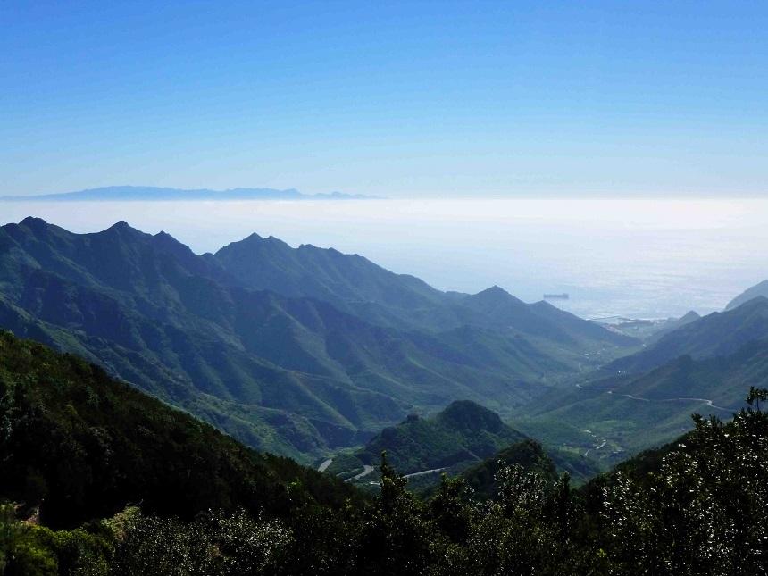 Ist das nicht ein geradezu mystischer Blick auf die Nachbarinsel Gran Canaria? Am Ende dieses Tales befindet sich der berühmte weiße Strand Las Teresitas.