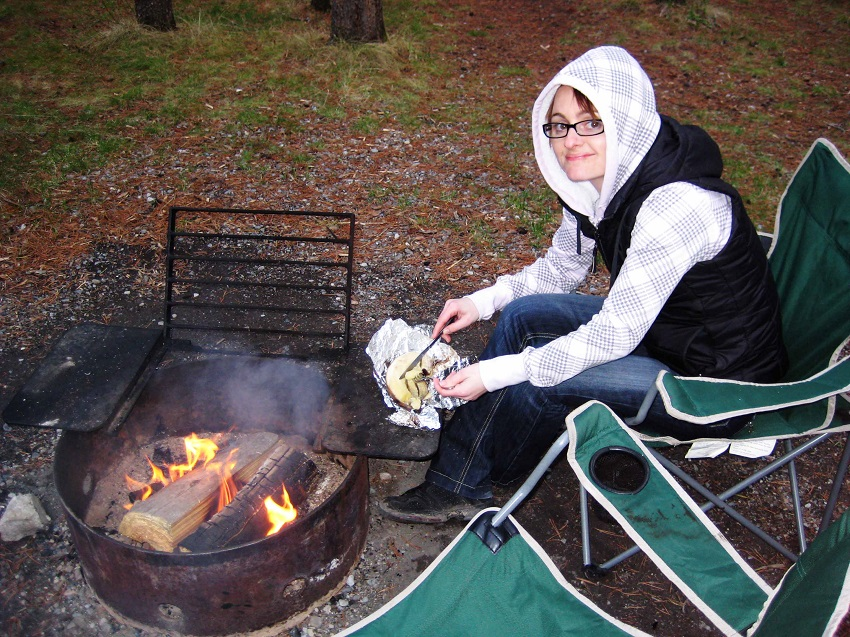 Und nach einer abendlichen Runde um den See am Feuer sitzen, sich auf das Wesentliche besinnen. Eine gebackene Banane mit Erdnussbutter, was braucht es mehr?
