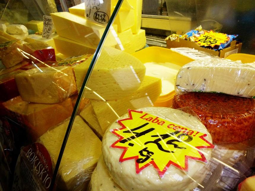 Auf Streifzug durch die Martkhallen von Riga. Siers mit Kimenes - Käse mit Kümmel - am rechten Bildrand.