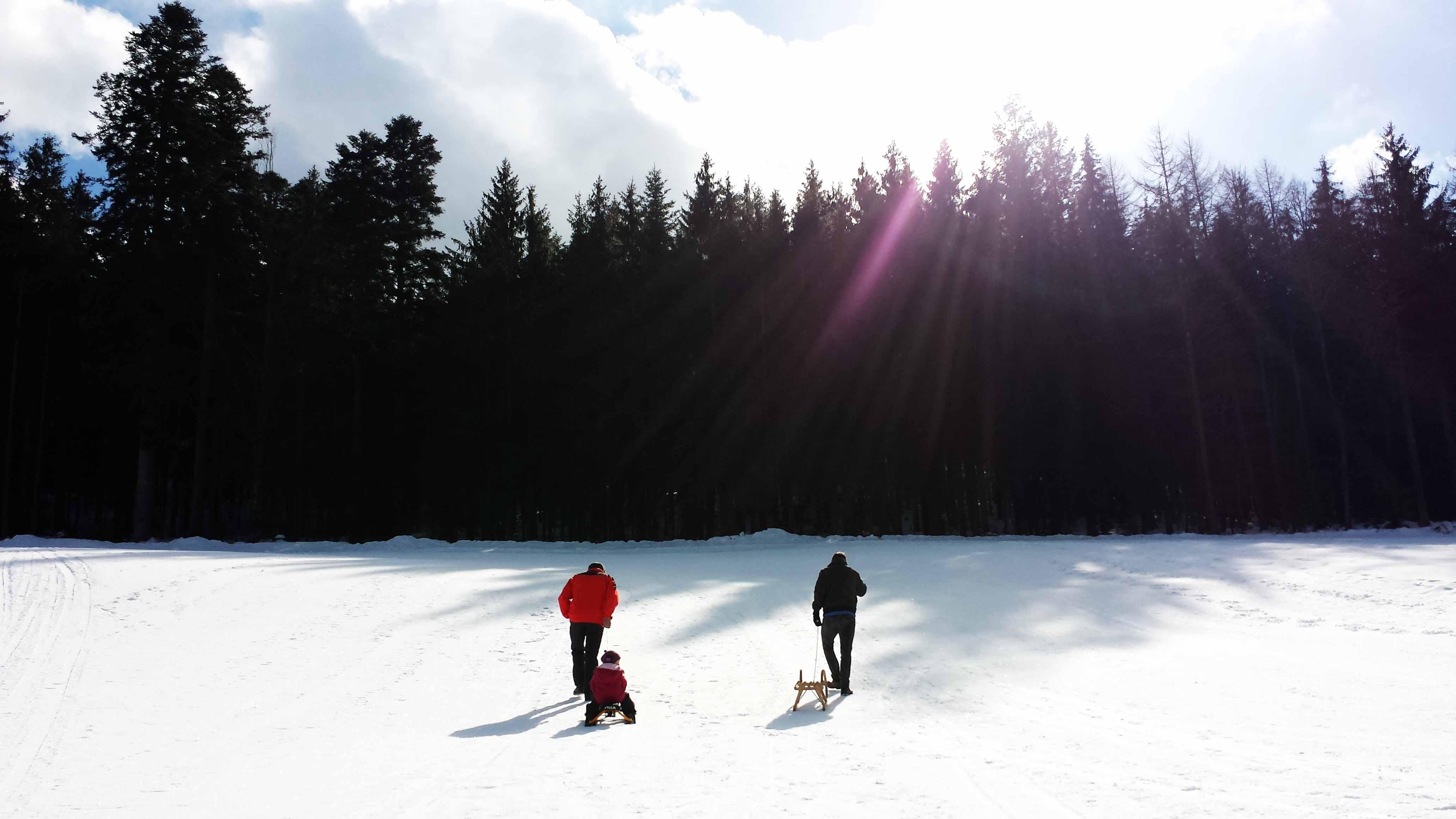 Drei-Generationen-Rodeln am Schlittenhang Obertal-Buhlbach! Und was soll ich sagen: Opa ist der Schnellste...