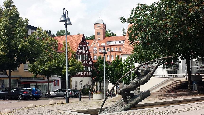 Die markante Rommelmühle deren Geschichte bis 1471 zurückgeht. Heute befinden sich darin unter anderem das Brauhaus, der Bioladen, eine Eltern-Kind-Gruppe, eine Yogaschule, ein Kulturraum und Wohnungen.