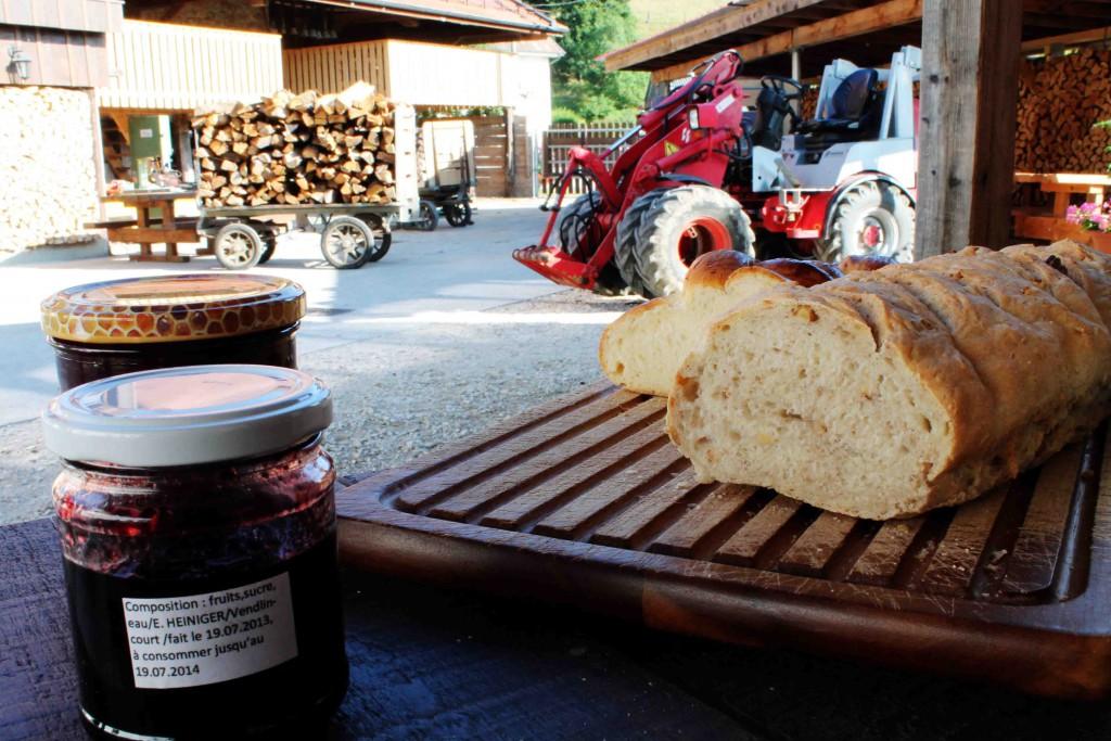 Leckere selbstgemachte Pflaumenmarmelade aus der regional typischen Damassine-Pflaume auf frischgebackenem Zopf. Da hinten seht Ihr den Pferdestall!