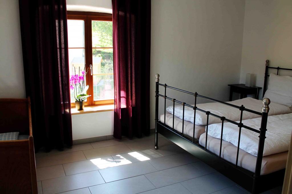Klares, einfaches und atmösphärisches Zimmer. Mit Kinderbett aus Omas Zeiten. Nicht, dass unser Mädchen darin hätte schlafen wollen...;-)