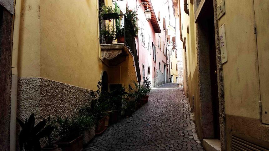 Das ist eine der kleinsten Gassen von Riva del Garda...