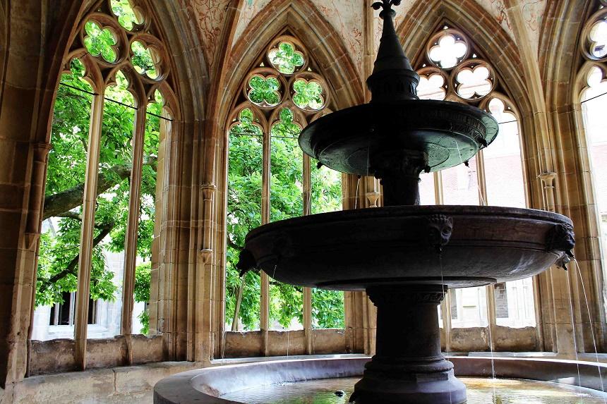 Eines der bekanntesten Motive aus dem Kloster Maulbronn. Das Brunnenhaus. Hinter den offenen Fenstern schließt sich der Kreuzgarten an.