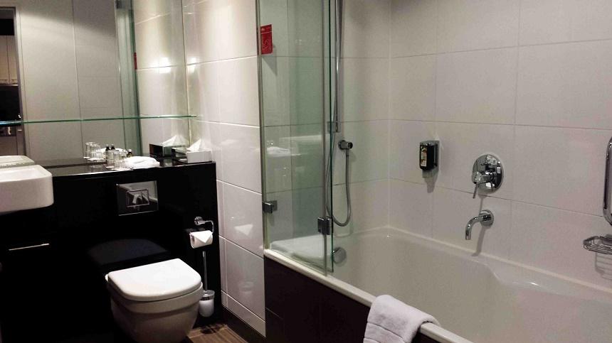 Badezimmer, in dem sich links hinter der Tür sogar noch Waschmaschine und Trockner verbergen.