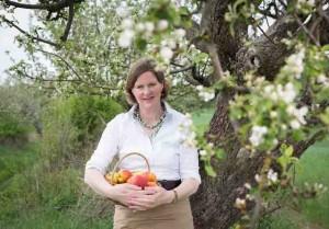 Boitzenburg/Uckermark 10.05.2013 FOTO : YORCK MAECKE Die Apfelgraefin Frau von Arnim bei der Apfelbluehte.
