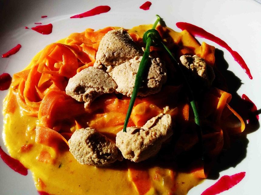 Möhrentagliatelle mit Tofumockerln auf Curryspiegel. Mein persönlicher Essenstraum.