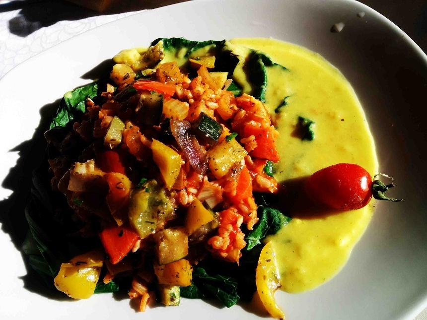 Tomaten-Gemüsereis und Spinat. Lecker!