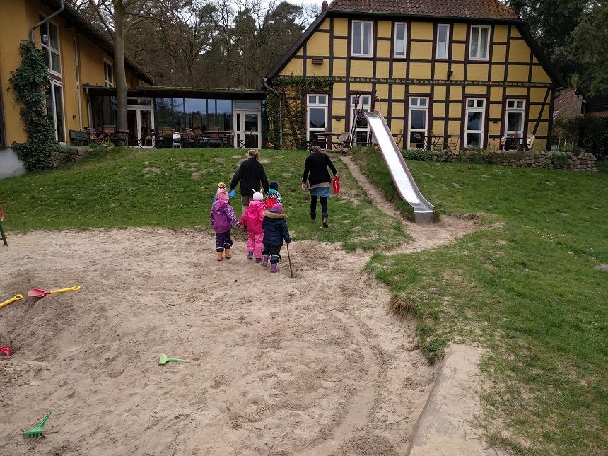 Försterin Tatjana mit den Kindern im Schlepptau auf dem Weg in die Waldzeit.